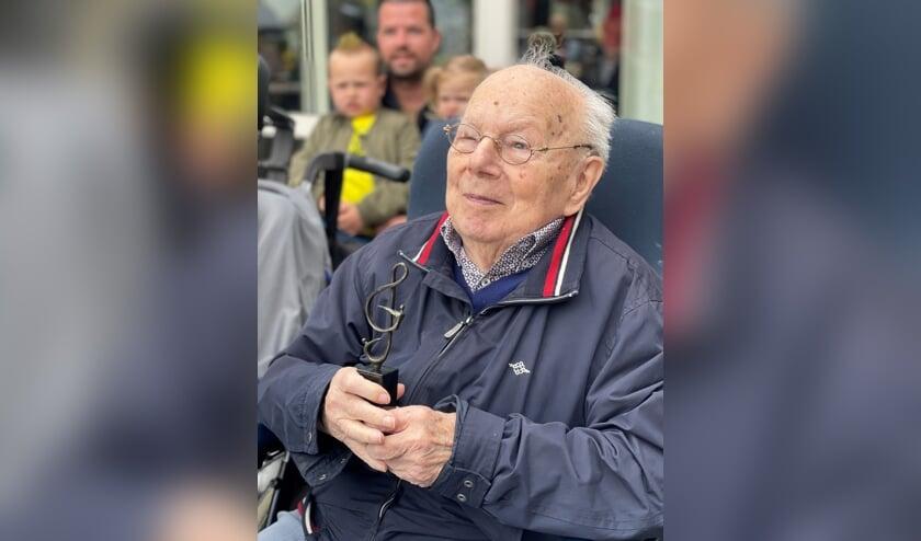 <p>Voor het 75-jarige lidmaatschap ontving de heer Lubbers een oorkonde en een standbeeldje met een G-sleutel. Foto: M. Blijleven</p>