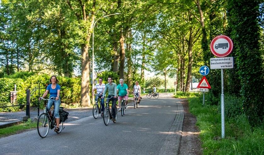 <p>Wethouder Paul Hofman en aanwonenden van de Almenseweg fietsen op een vrachtwagenvrije Almenseweg. Foto: Liesbeth Spaansen</p>