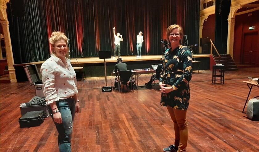 <p>Willeke Voskamp (l) en Madelon Meerbeek staken veel tijd in de voorbereiding van het online schoolfeest. Foto: Meike Wesselink</p>