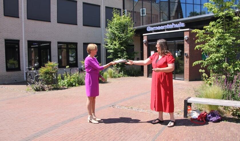 <p>Burgemeester Bronsvoort ontvangt uit handen van auteur Barbara Pavinati het boek Verzinhoofd. Foto: Annekée Cuppers</p>