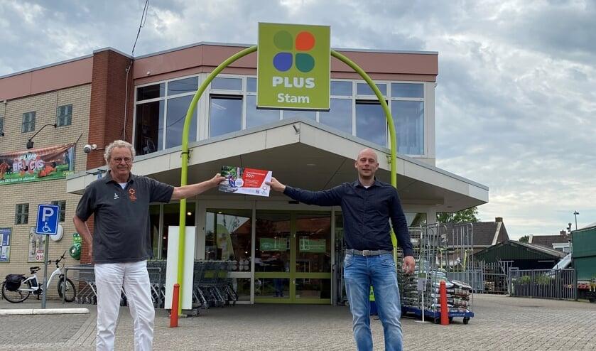 <p>Pieter Stam, de nieuwe directeur/eigenaar van Plus Supermarkt Stam (r), gaf samen met Koos Luurs het startsein voor de verkoop van de zonnebloemloten in Ruurlo. Foto: PR </p>