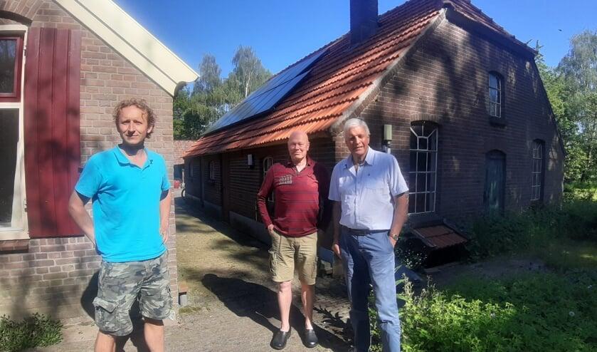 <p>Poseren voor een foto terwijl je tegen de zon moet inkijken. Dit valt nog niet mee, zo ervaren (van links naar rechts) Hiltjo Carp, Gerard Oud en Martien Pater. Zij zijn de voorzitters van respectievelijk Energiecoöperatie Wichmond-Vierakker, Energiecoöperatie de Groene Draad in Hengelo en Energiecoöperatie Vorden. Foto: Rudi Hofman&nbsp;&nbsp;</p>