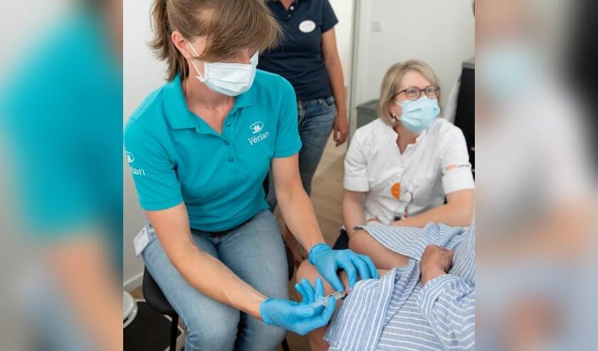 <p>Verpleegkundige V&eacute;rian geeft oncologische injectie aan pati&euml;nt van Gelre ziekenhuizen. Foto: Medische Fotografie, Gelre ziekenhuizen</p>