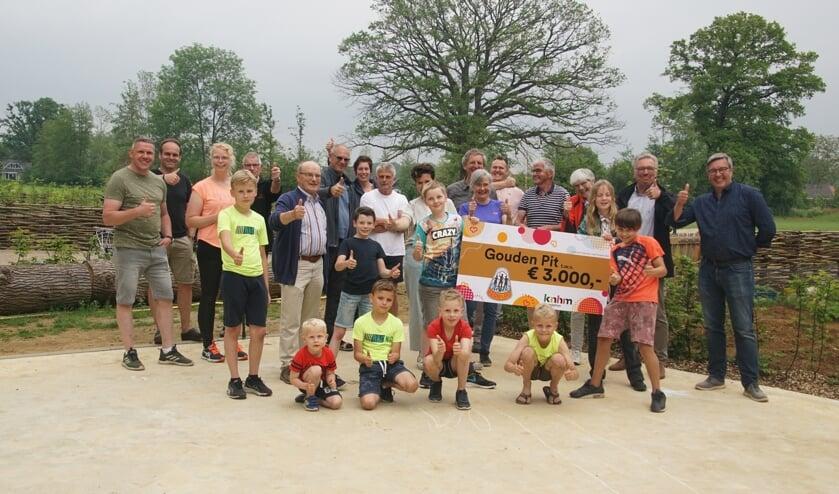 <p>Trots op de Gouden Pit en blij met de cheque voor het Nieuw Heurns Veld in De Heurne. Foto: Frank Vinkenvleugel&nbsp;</p>