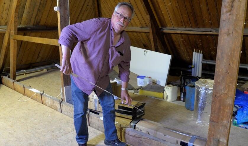 <p>Meten is weten. Bert Schieven moet nog wat aanpassingen aanbrengen op de zolder van het Heidehuus vóórdat hij zijn oorlogscollectie er kan tentoonstellen. Foto: Gerrie Evers</p>
