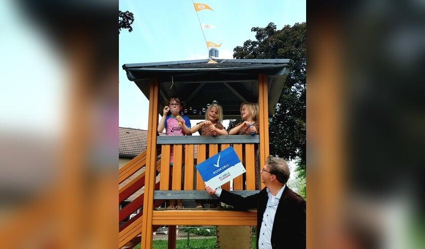 <p>Wethouder van Zeijts (gezondheid) plaatste het eerste bord van de &lsquo;rookvrije generatie&rsquo; bij Speelplek Pearsonplein. Foto: Gemeente Lochem</p>
