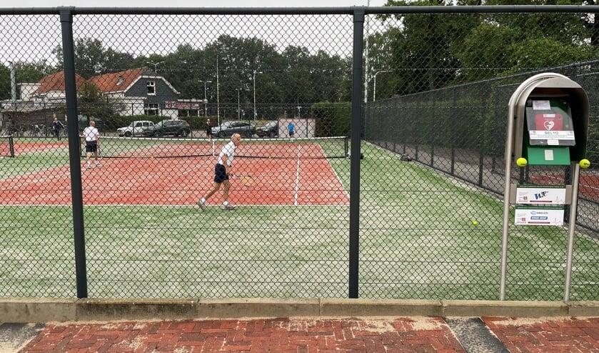De RVS-zuil op het terras van het tennispark met daarin opgenomen de geavanceerde AED-kast van de WTC. Foto: PR