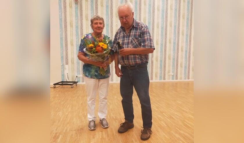 Wim en Lies van Maren werden gehuldigd met zilveren klompjes, bloemen en een drankje. Foto: Johan Braakman