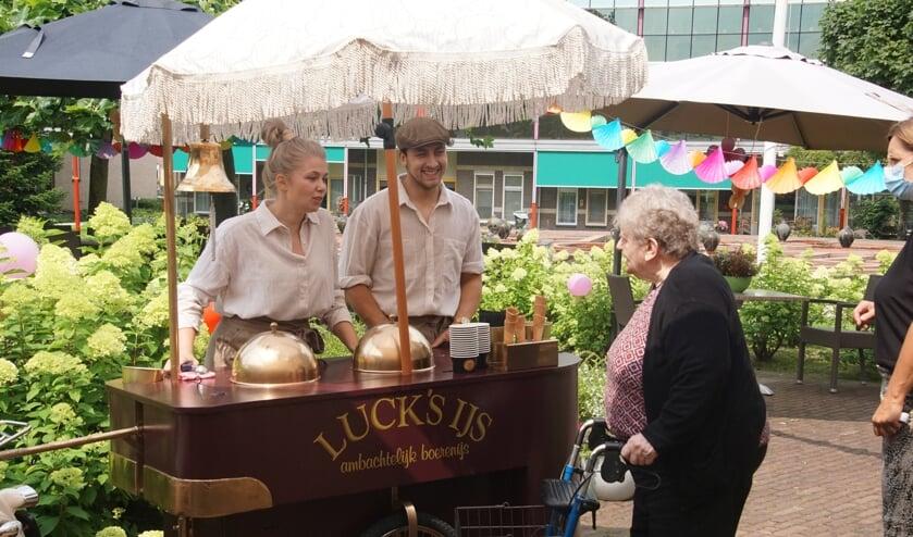 De ijscokar van Luck Café doet Dr Jenny aan. Foto Frank Vinkenvleugel