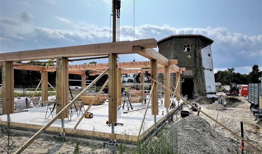 De countouren van de woning die aan de molen van Reudink wordt gebouwd worden zichtbaar. Foto: Henri Bruntink