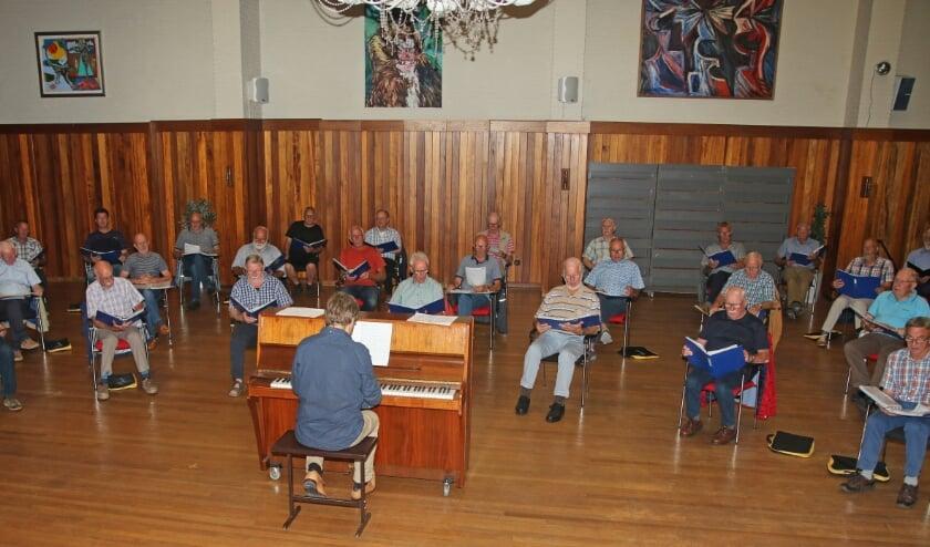 <p>De versoepeling van de coronamaatregelen maakte het weer mogelijk om in de grote zaal van het Kulturhus samen te zingen. Foto: PR </p>