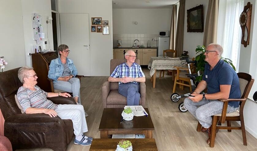Wooncoach Jos Boersma (rechts) met meneer en mevrouw Klijn Hesselink en dochter Ina. Foto: Marijn Ebing