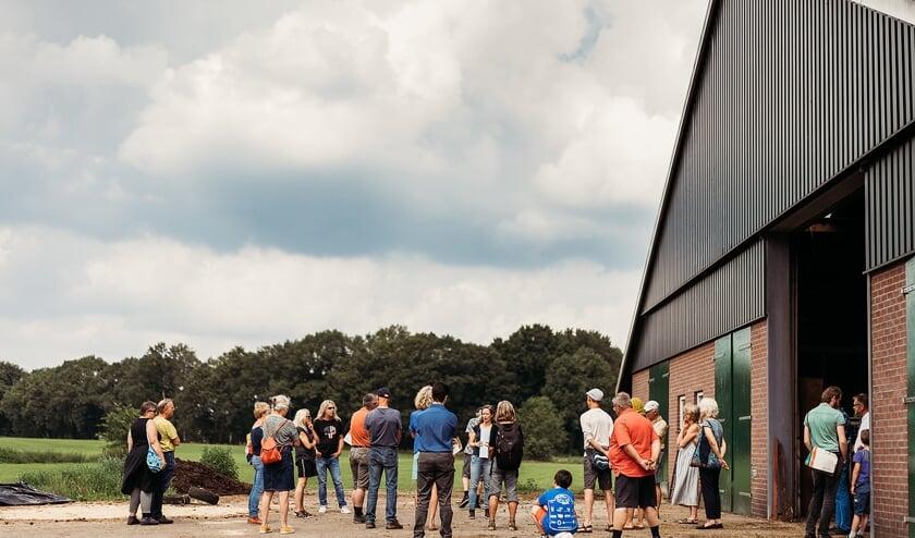 <p>Belangstellenden op de deelgenotendag kregen van Joanne Malotaux (midden) een rondleiding &nbsp;op de boerderij. Foto: Josine Breukink.&nbsp;</p>