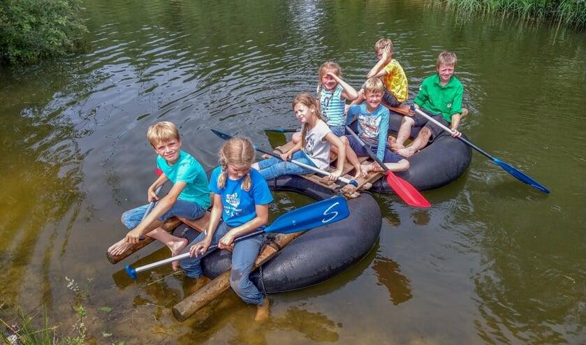 <p>Op het water roeiden de zeven welpen van Scouting Sweder van Voorst keuring rond het eilandje en terug naar de aanlegplaats. Foto: Liesbeth Spaansen</p>