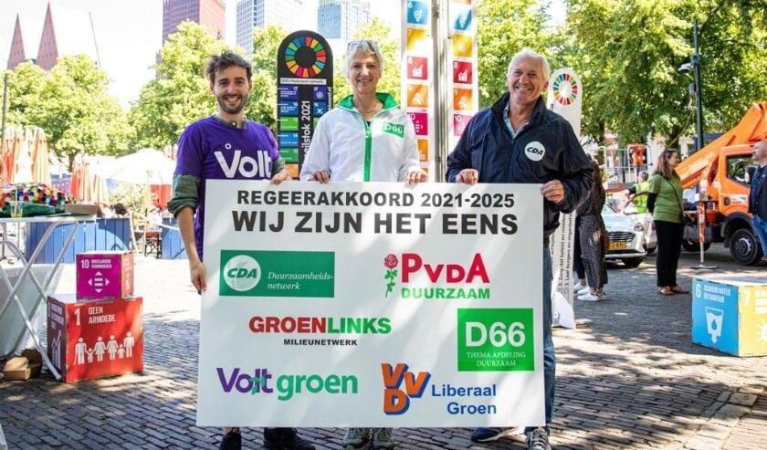<p>Marleen van der Meulen (midden) tijdens de aanbieding van het manifest voor duurzame doelen in Den Haag. Eigen foto</p>