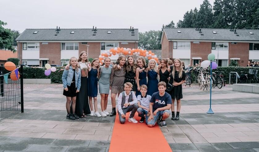 <p>In gala arriveerden de dertien leerlingen van groep 8 op hun afscheidsfeest van basisschool Rozengaardsweide. Foto: Lisa Ankersmid fotografie</p>