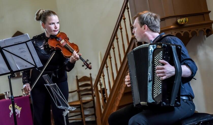 <p>Coraline Groen en Robbrecht van Cauwenberghe tijdens hun concert in de Kluntjespot. Foto: Martine Siemens</p>