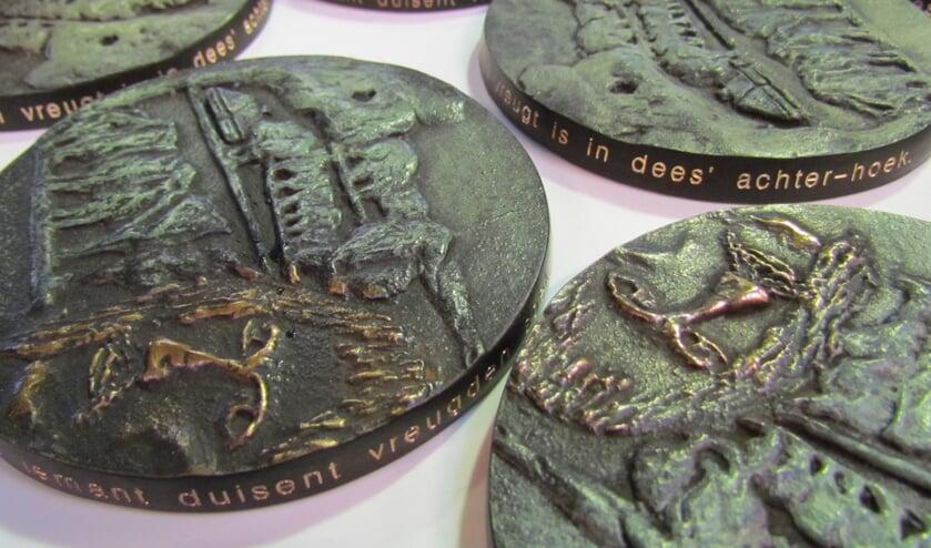 Naast 5000 euro ontvangt de winnaar van de Willem Sluiter Prijs een door beeldhouwer Anton ter Braak vervaardigde penning waarop als randschrift de bekende 'achter-hoek'-regels zijn gegraveerd. Foto: PR
