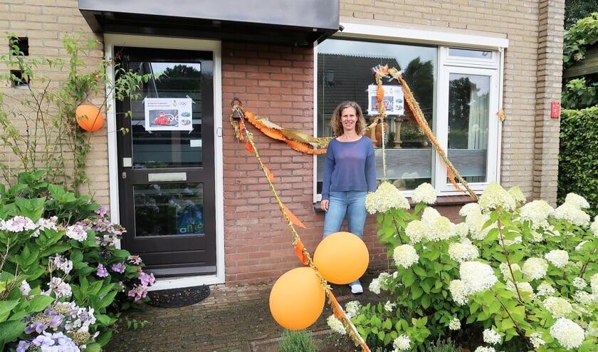 Caroline Maarse bij haar versierde woning in Groenlo. Foto: Theo Huijskes