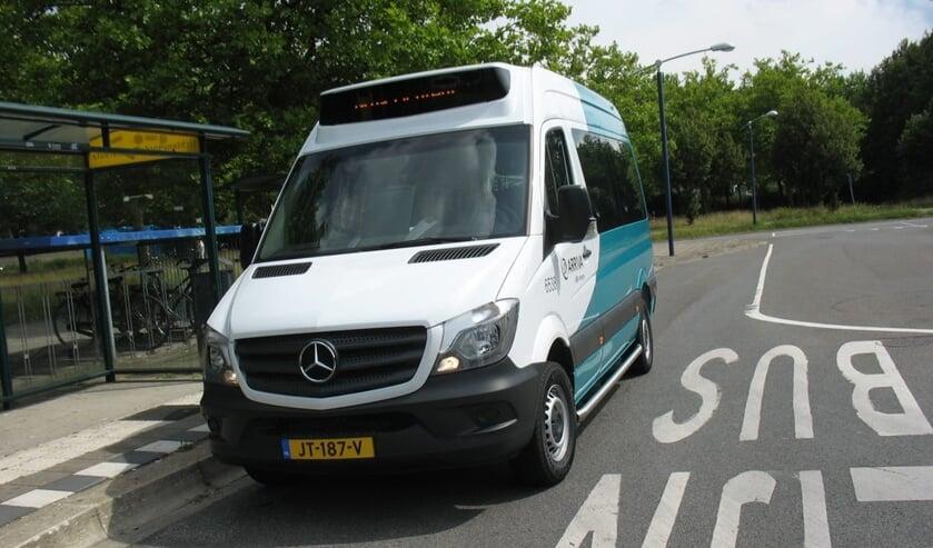 <p>De buurtbus bij de halte aan de Richterslaan in Lichtenvoorde. Foto: PR</p>