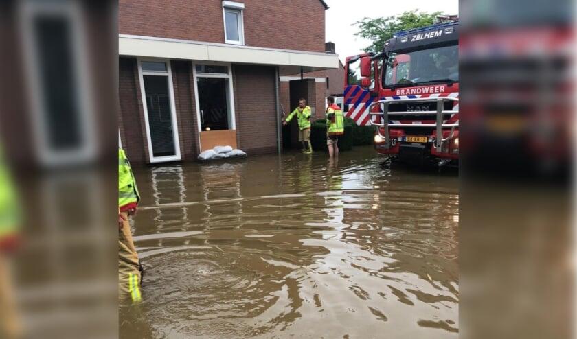 <p>Vrijwilligers van Brandweer post Zelhem helpen met evacueren in Limburg. Foto: Brandweer Zelhem</p>