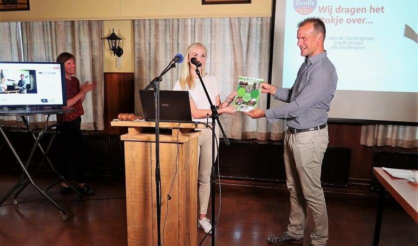 <p>Het nieuwe dorpsplan wordt door Emma Bomers overhandigd aan Chris Bomers, voorzitter van de Contactgroep Zwolle. Foto: Theo Huijskes</p>