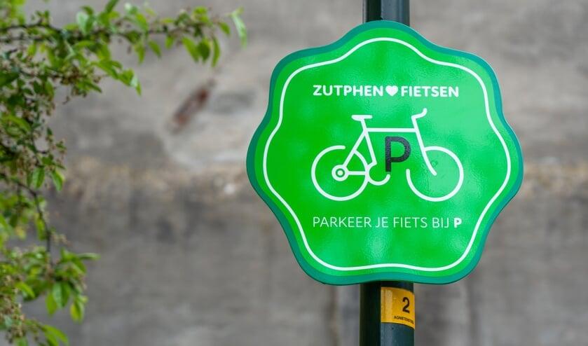 <p>De tijdelijke stallingen zijn te herkennen aan het groene fietsparkeerbord. Foto: PR</p>