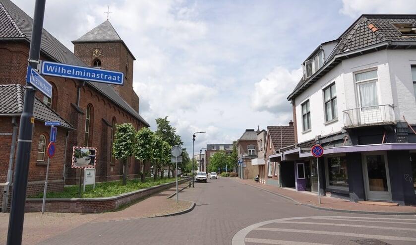 Willem Sluiters geboortehuis stond aan de Nieuwstraat (nu nummer 15; het witte pand rechts). Tegen de zijgevel van Grote Kerk van de Protestantse Gemeente te Neede, tegenover de geboorteplek, komt volgend jaar een kunstwerk ter herinnering aan hem te staan. Foto: PR