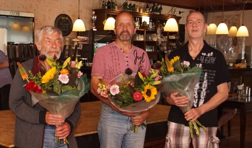 <p>Jubilarissen biljartvereniging Ons Huis, van links af Bert Veldhuis, Hans Obbink en Harrie Mateman. Foto: Frank Vinkenvleugel</p>