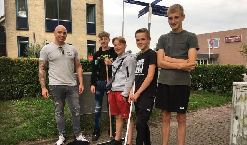 <p>Een groep jongeren met jeugdwerker Paul Koopman van de gemeente Bronckhorst. Foto: Fred Wolsink</p>