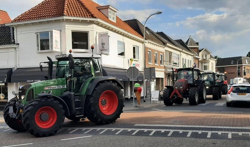<p>Aan het einde van de protestdag keerden protesterende boeren via de Nieuwstad huiswaarts. Foto: Arjen Dieperink</p>