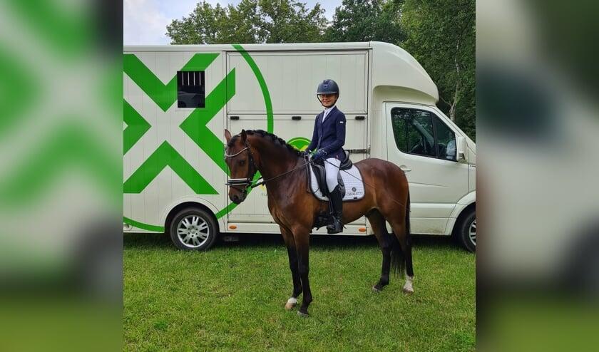 <p>Levi Heusinkveld met haar pony Tjiesto L.H. die ringkampioen dressuur werd in de klasse B - categorie DE. Foto: PR.&nbsp;</p>