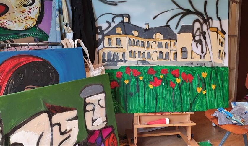 <p>Aan het schilderij Huize Baak wordt nog gewerkt door Elcke. Het eindresultaat hiervan en veel meer ander werk van Baakse schilders en een fotograaf is te zien tijdens de exposite Baak, uit de kunst die start op 25 juli in het Martinushuus. Foto: Alice Rouwhorst</p>