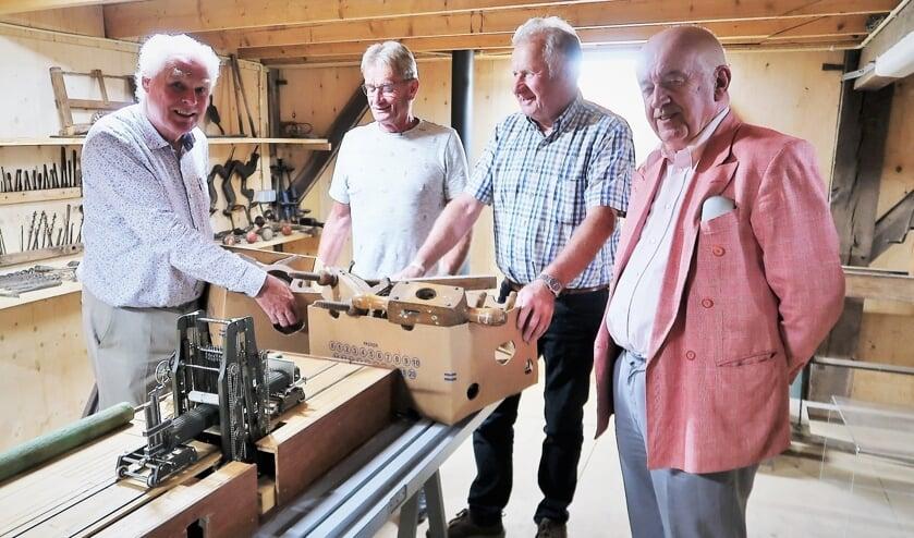<p>Hans van Lith (links) overhandigt het oude handgereedschap aan Paul Penterman, Jan Scharenborg en Ben Verheij. Foto: Theo Huijskes</p>