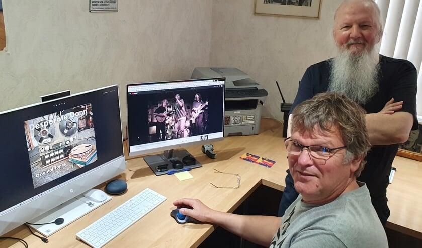 <p>Alan kijkt toe hoe zijn &#39;pal&#39; Paul van Druten het Desperate Denn materiaal in een You Tubu link verwerkt. Foto: Henri Walterbos</p>