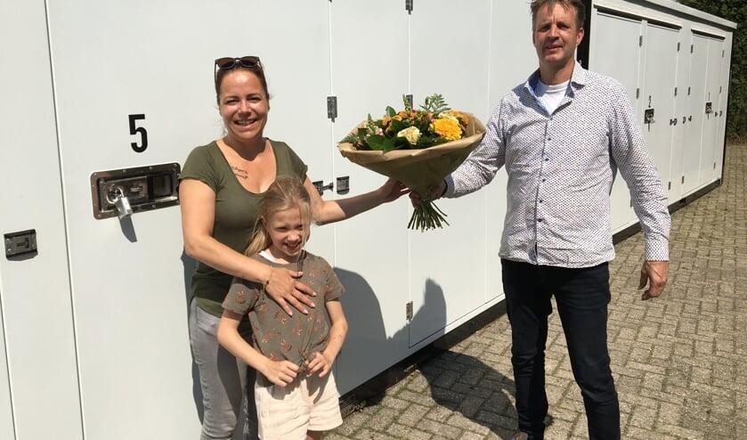 Alfred Hissink geeft bloemen aan zijn eerste klant. Foto: PR