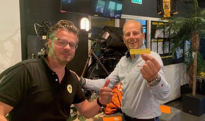 <p>Joris Jansen van den Berg (links) laat namens de sponsorcommissie van VV Vorden samen met Thijs Bleumink van Profile Bleumink Vorden het winnende lotnummer zien dat gekoppeld is aan de E-Bike als hoofdprijs van de verloting. Foto: PR</p>
