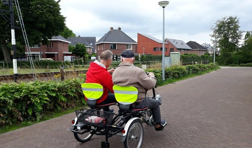 Samen fietsen met de duofiets uit de hulpmiddelenpool. Foto PR