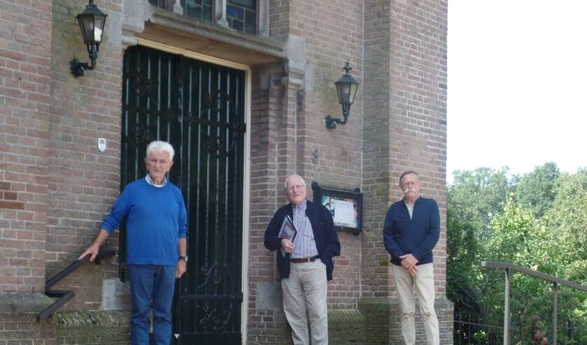<p>De samenstellers van het boek &lsquo;Sint Willibrorduskerk Ruurlo 150 jaar&rsquo;(v.l.n.r.) Leo Besselink, Wim Huitink en Jos Schooltink. Foto: Jan Hendriksen </p>