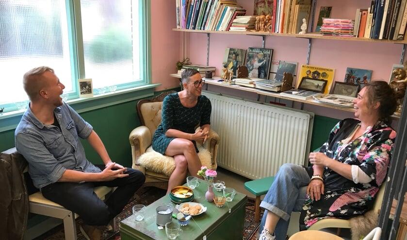 Maarten Rots, Linda Commandeur en Myra Breukers (vlnr) in gesprek over de aanstaande expositie.