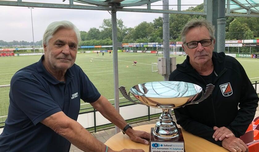 <p>Gerard Greven (l) en Martin van den Burg met de Joop Vreman Wisselbeker die zondag 22 augustus om 16.30 uur wordt uitgereikt aan het team dat zich als opvolger van RSC Anderlecht winnaar weet van het vijfde SallandElectronics U13 Tournament. Foto: Eric Klop</p>