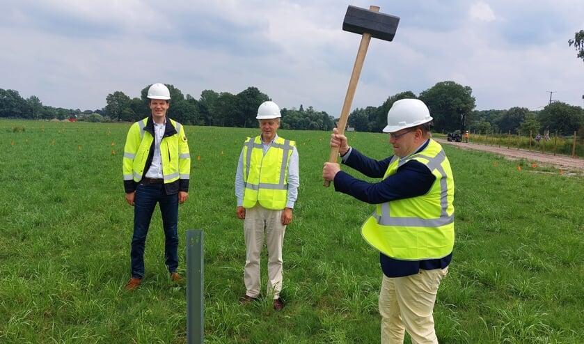 Wethouder Henk Jan Tannemaat (rechts) slaat eerste paal van zonnepark Arrisveld. Rutger van Basten Batenburg (midden) en Peter van den Groenendaal kijken toe. Foto: Han van de Laar