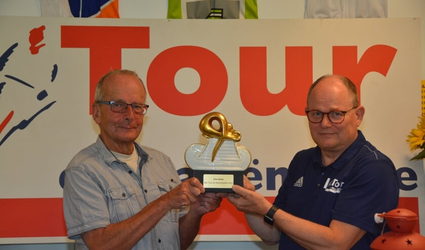 Ap Braakhekke (links) ontvangt uit handen van Henri Weikamp de eerste prijs in de Tour de Mariënvelde 2021. Foto: PR