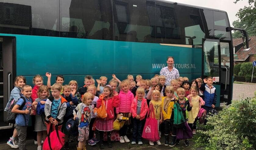 <p>De jongste kinderen van de Dorpsschool zijn blij dat ze mogen gaan zwemmen en directeur Rick Wolsink is ook opgetogen. Foto: Fréderique van den Berg</p>