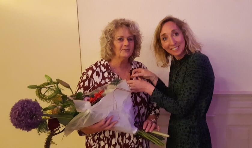 <p>Marian Brock&ouml;tter (links) wordt bedankt met bloemen door voorzitter Dorian Scharenborg. Foto: PR</p>