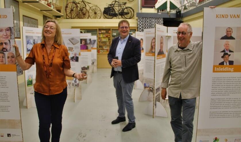 Gerda Brethouwer, Henk Jan Tannemaat en Sjoerd Kemeling  (vlnr) bij de tentoonstelling in de Museumfabriek. Foto Lineke Voltman