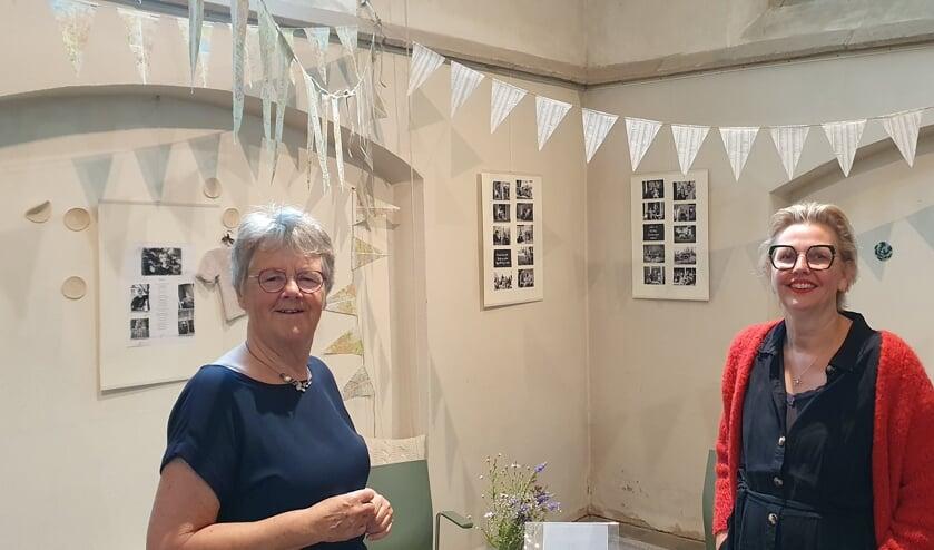Hennie Tuut (links) en Marieke Altena bij de coronaexpositie. Foto: Rob Weeber