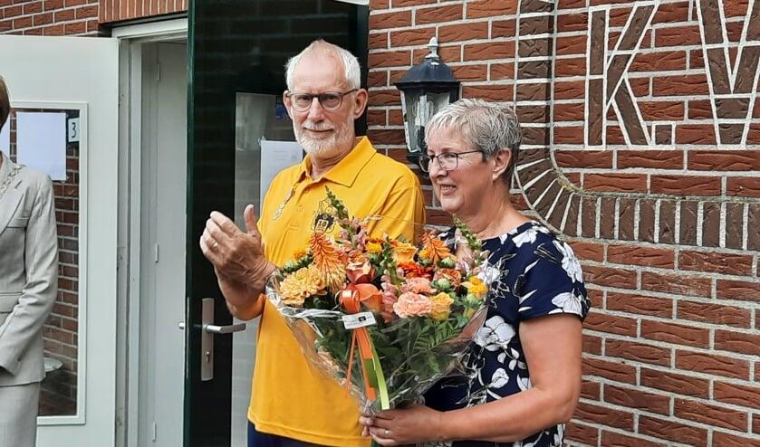 <p>Burgemeester Bronsvoort verrast Bennie Smeenk (met naast hem zijn echtgenote Marijke) met een koninklijke onderscheiding. Foto: Kyra Broshuis&nbsp;</p>