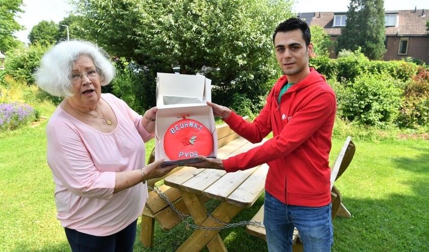 <p>Tonnie Looijenga kreeg van de PvdA Zutphen-Warnsveld de taart aangeboden als dank voor haar inzet en enthousiasme als voorzitter van het wijkteam. Foto: PR</p>