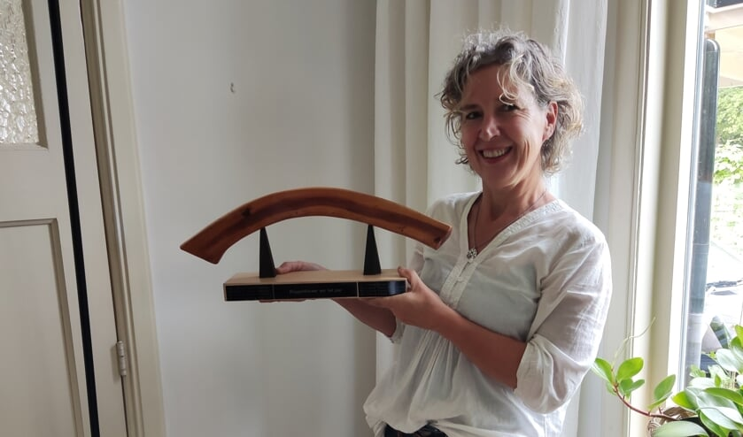 <p>Vol trots laat Anneke van Nierop de gewonnen award zien. Foto: Present Winterwijk</p>